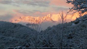 Amanece en Cahecho después de una pequeña nevada. Al fondo los Picos de Europa
