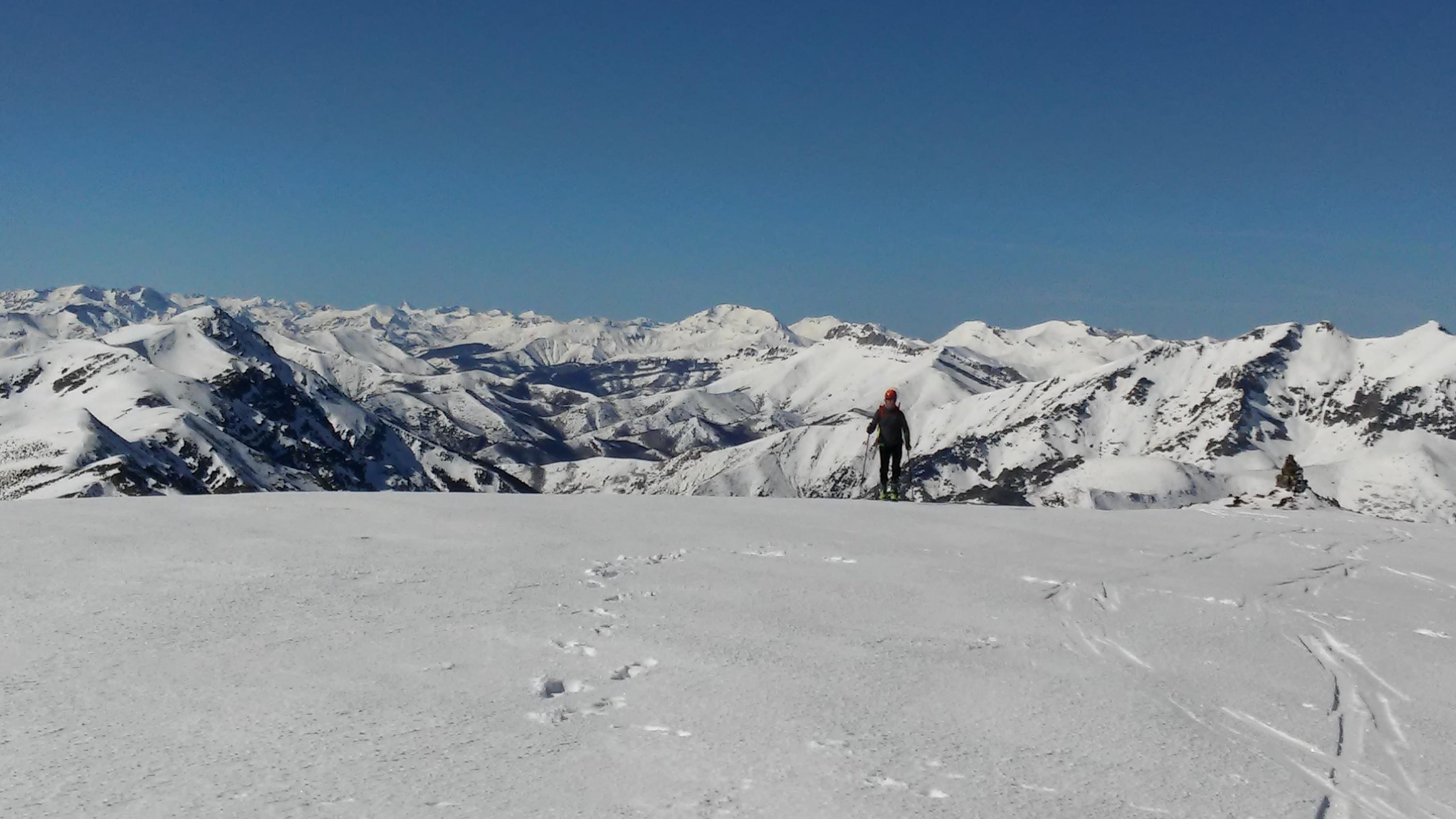 Llegando al alto del Robadorio con esquí de montaña