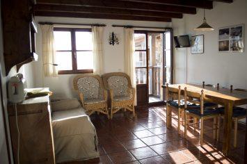 Detalle de la cocina-comedor con el balcón que da al jardín