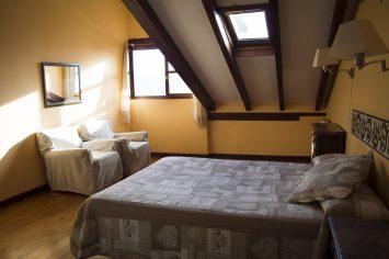 Foto del dormitorio principal de los apartamentos