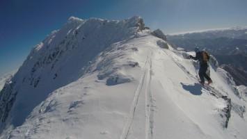 Llegando al cordal de Peña Sagra con esquí de travesía