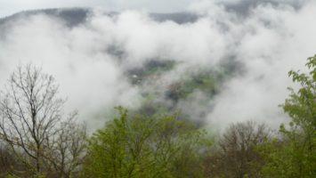 Desde el collado de Perejito, por encima de Aniezo, podemos ver el pueblo de Luriezo en un momento que se abrió la niebla