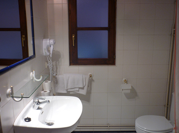 Cuarto de baño de casas rurales en Potes. Fuente de Somave
