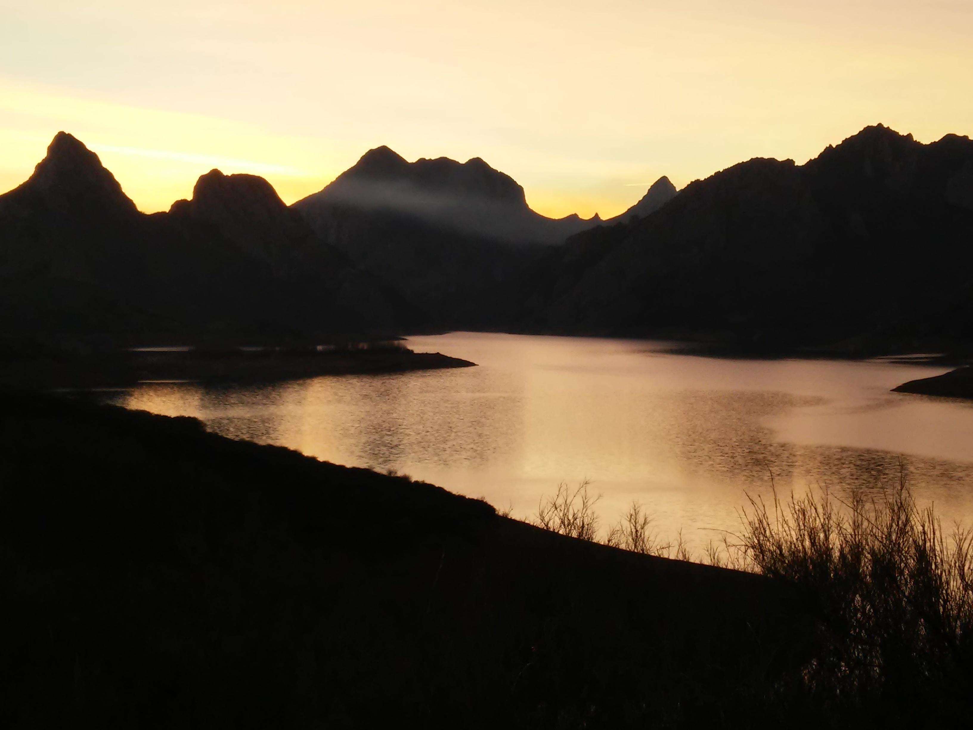 Foto del atardecer sobre el embalse y montañas de Riaño