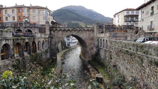 Puente sobre el rio Quiviesa en Potes
